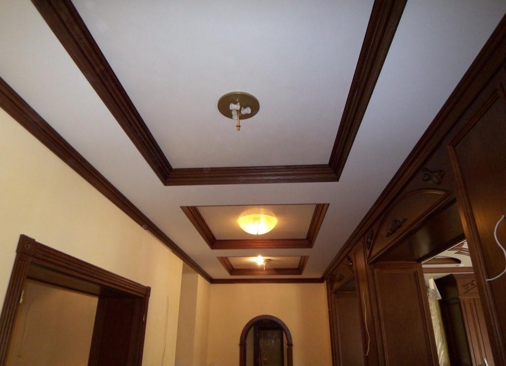 Потолочный деревянный плинтус фото в интерьере