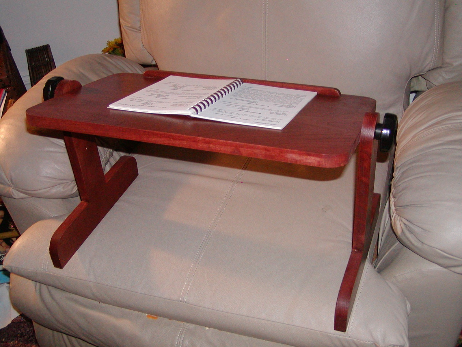Столик под ноутбук своими руками из картона
