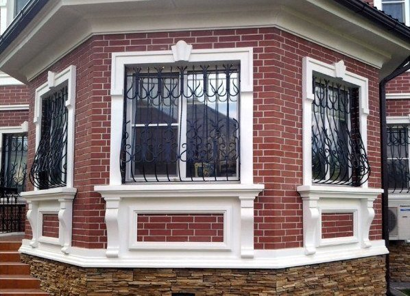 Обрамление окон на фасаде дома из пенопласта