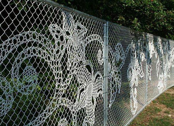 Как украсить забор из сетки рабицы на даче