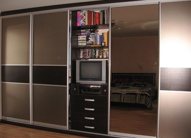 Шкаф-купе с нишей под телевизор.