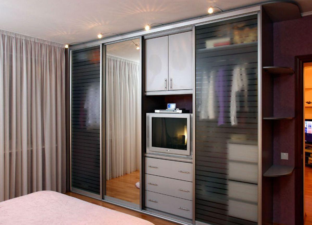 Дизайн стенки со шкафом купе