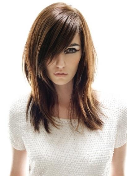 Причёска каскад на средние волосы с челкой