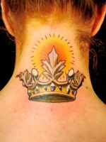 Тату корона на шее