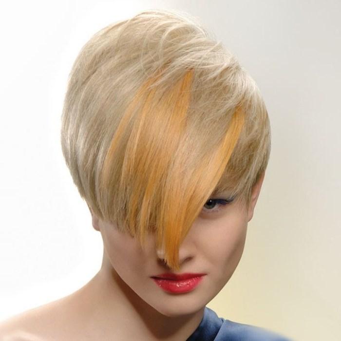 Прически на средние волосы на один бок с челкой 22