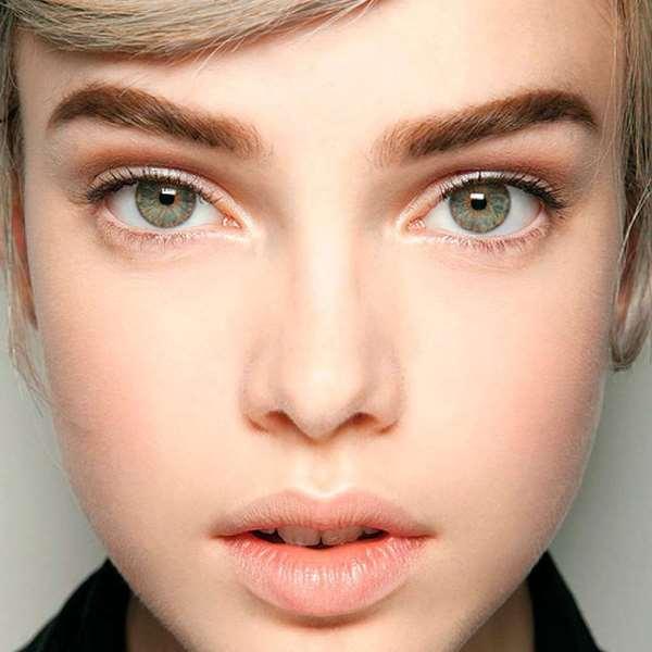 Зеленые глаза и русые волосы