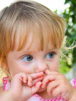 Почему дети едят козявки из носа?