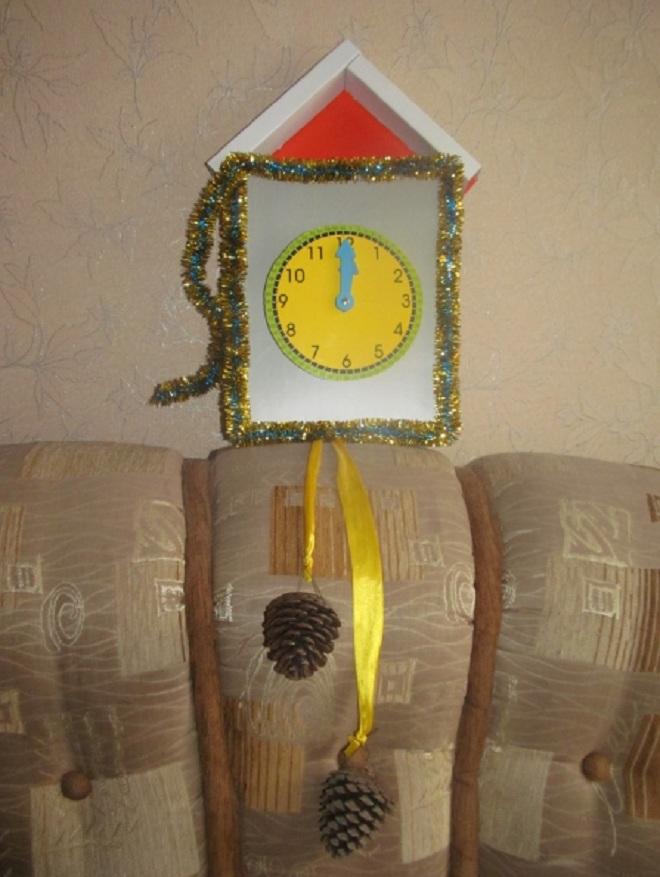 Красивая поделка из пластилина Веселые часы с