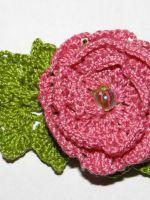 Как вязать крючком розу с листьями?