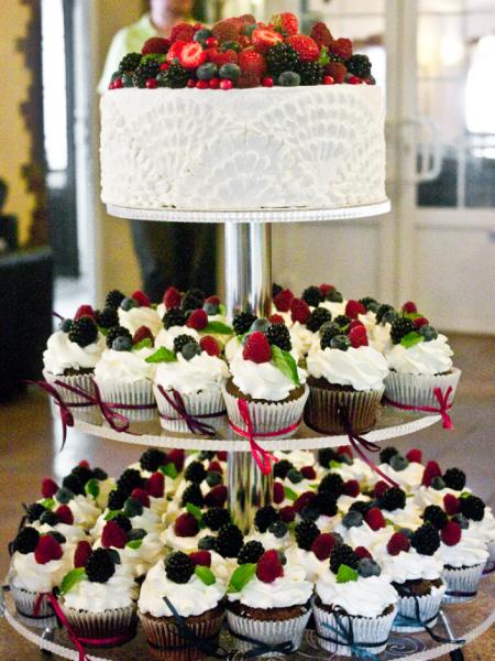 Торт свадебный с фруктами без мастики
