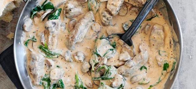 Свиная печень с луком и сметанойы