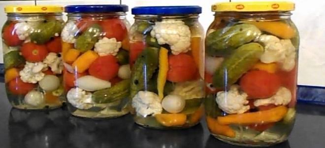 Ассорти из цветной капусты, огурцов и помидоров