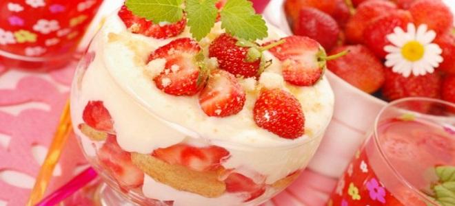 десерт из печенья и клубники