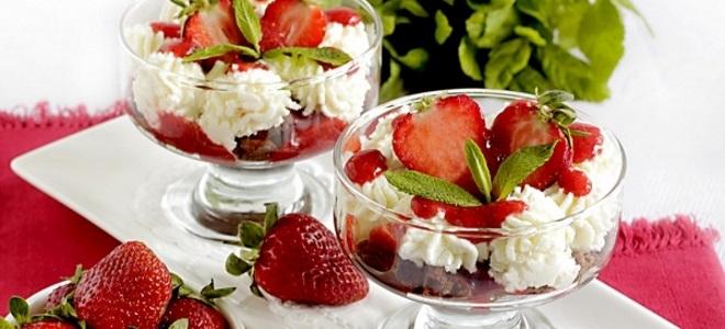 десерт с мятой и клубникой