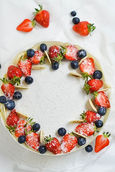 как украсить торт клубникой