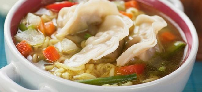китайский суп с пельменями и соевым соусом