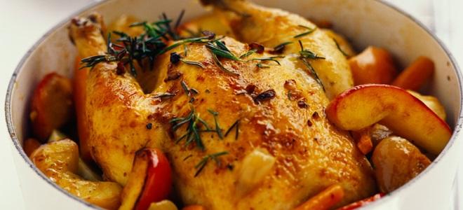 Курица с ананасами и яблоками в духовке