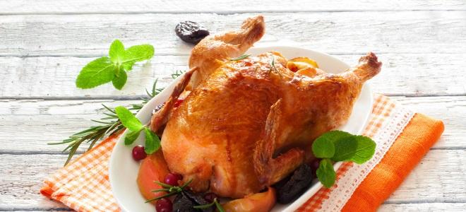 курица с черносливом и яблоками в духовке