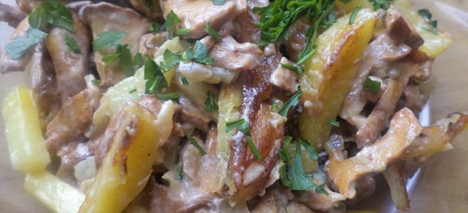 Лисички в сметане на сковороде с картошкой