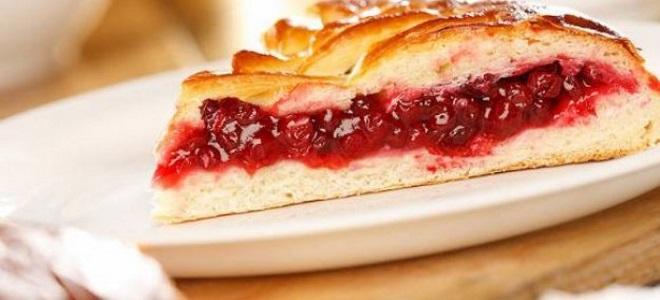 Пирог с вареньем из земляники