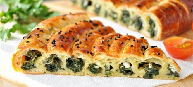 Пирог «Улитка» из слоеного теста с сыром