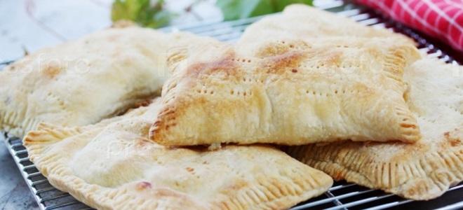 Пирожки из слоеного теста с яблоками