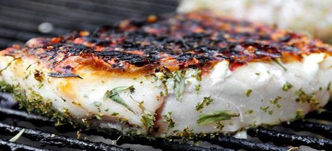Рыба на мангале на решетке