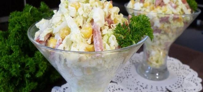Салат с фасолью, капустой и колбасой