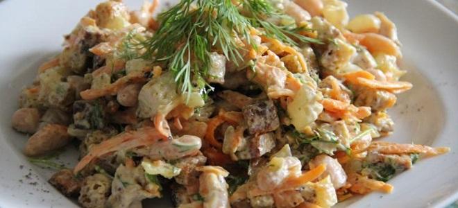 Салат с фасолью, корейской морковью и колбасой