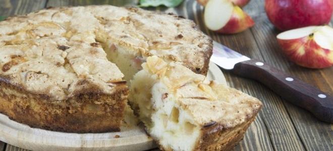 шарлотка с яблоками творогом и манкой