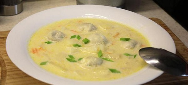 суп с пельменями и сыром