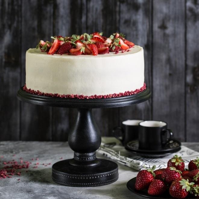 Украшение фруктами торта «Красный бархат»