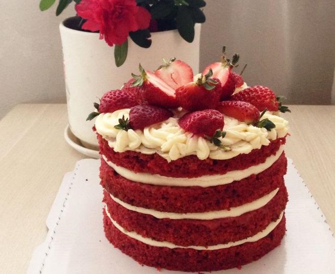 Украшение голого торта «Красный бархат»