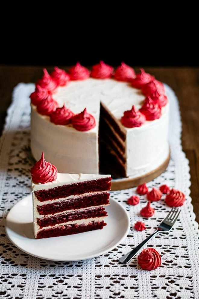 Украшение кремом торта «Красный бархат»