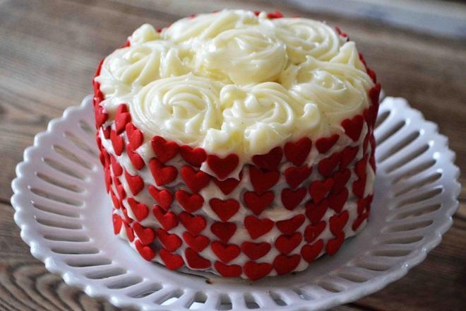 Украшение мастикой торта «Красный бархат»