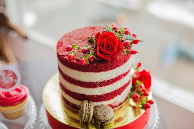 Украшение праздничного торта «Красный бархат»