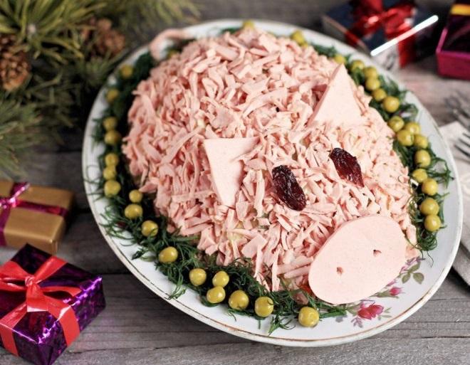 украшение салатов колбасой на новый год