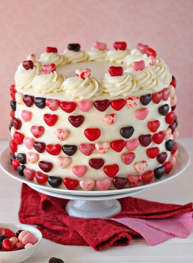 Украшение торта конфетами «Красный бархат»