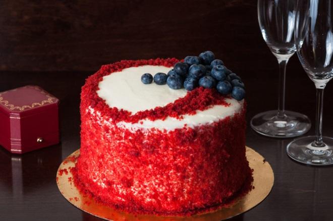 Украшение торта «Красный бархат» ягодами