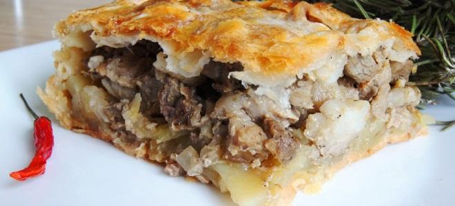 Пирог из слоеного теста с мясом и картошкой