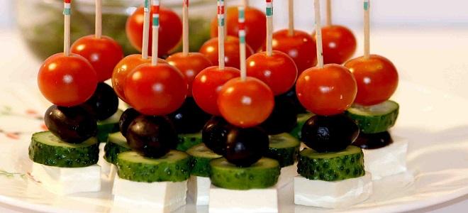 Закуска на шпажках с оливками
