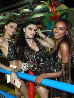 На фоне слухов о беременности Адриана Лима повеселилась на карнавале в Рио