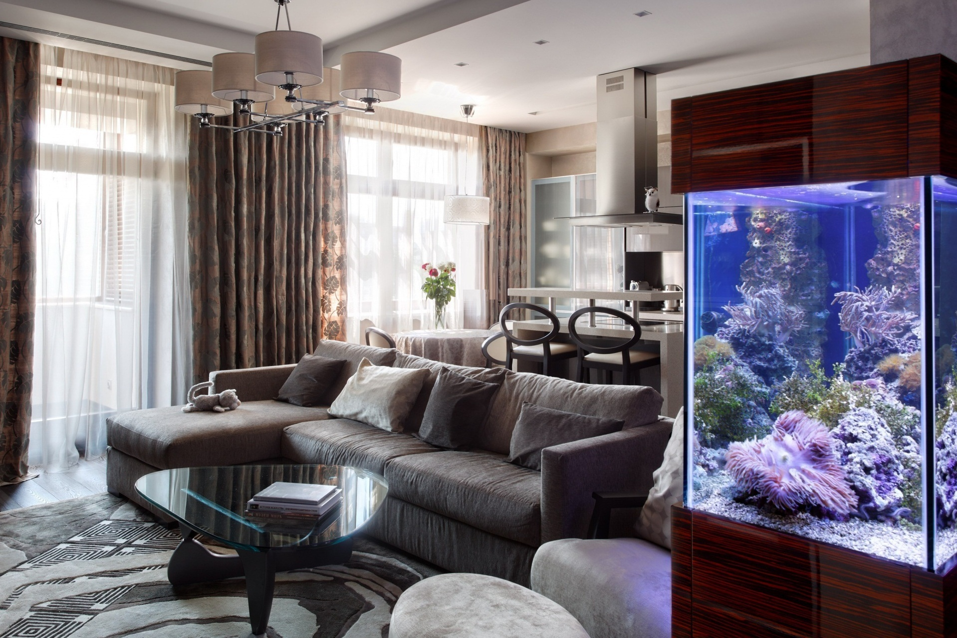 Дизайн гостиной с аквариумом и камином
