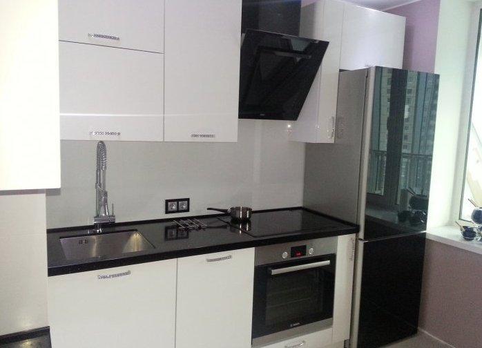 Черный холодильник на кухне фото
