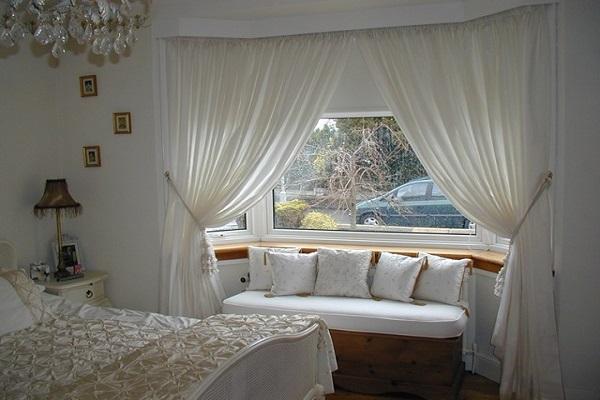Дизайн окна в спальни
