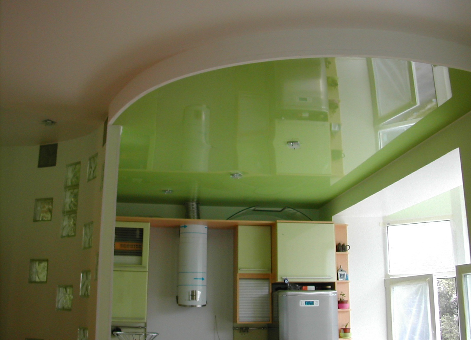 Зеленый натяжной потолок на кухне дизайн