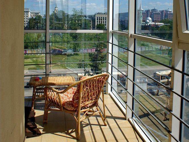Балкон с панорамным остеклением - дизайн.