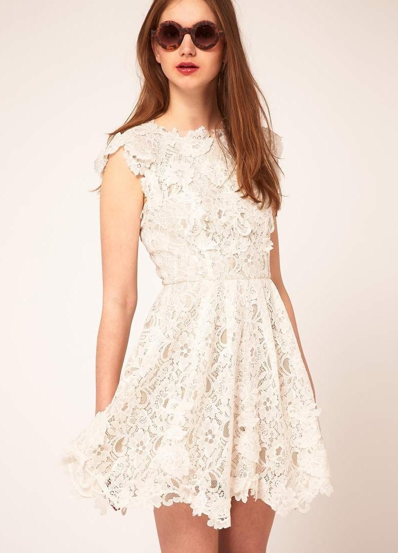 Девушка в кружевном белом платье