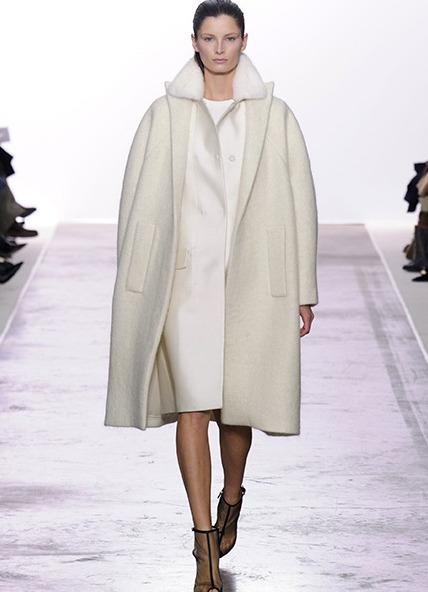 Пальто отличается своей простотой и