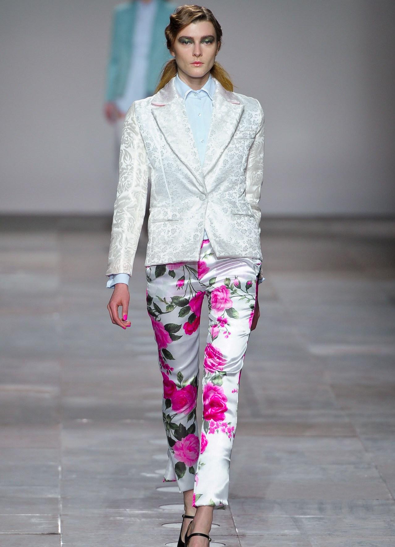 Фото девок в белых прозрачных брюках 19 фотография
